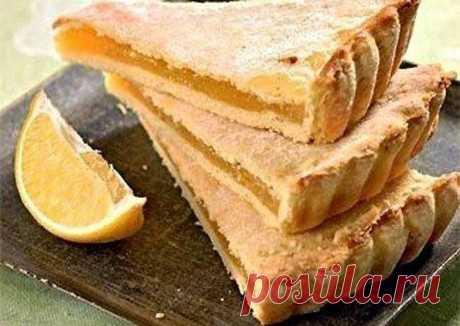 Лимонный, очень нежный пирог Ингредиенты 250 г Сметана — 110 г Сливочное масло — Сода — 1/2 чайной ложки 2 стакана Мука — 1,5 шт Лимон/апельсин — 1 стакан Сахар — 1 шт Желток —