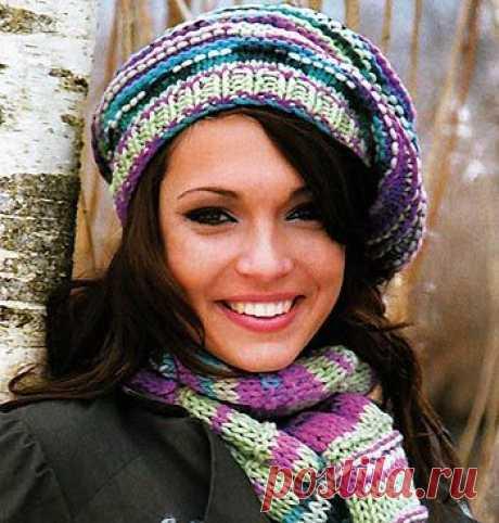 Яркая женская шапка-берет и шарф из меланжевой пряжи спицами -  схема и описание