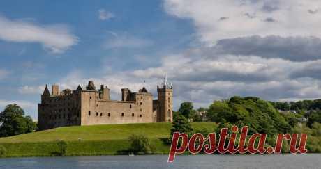 Экскурсия по дворцу Линлитгоу в графстве Фолкирк, Шотландия. Дворец расположен между Стирлингом и Эдинбургом, на берегу одноимённого озера, эта величественная постройка, таит в себе много секретов и воспоминаний. Для  Короля Якова V и королевы Марии I Стюарт стены замка стали местом их появления на свет.
