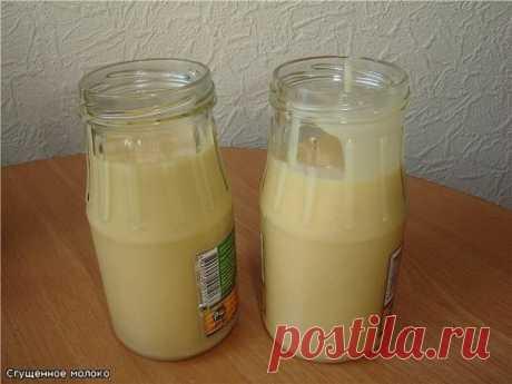 Домашнее сгущеное молоко Итак, что нам понадобится для приготовления сгущенного молока в домашних условиях: -1 литр молока (я брала молоко жирностью 3,2%) -1 стакан сахара Как приготовить: Выливаем молоко в кастрюлю и ставим на огонь. Сразу же засыпаем стакан сахара. Как только молоко закипит, сразу убавляем огонь. И затем варим массу на умеренном огне до тех пор, пока молоко не выварится примерно на две трети от первоначального объема. Я постоянно не помешивала, просто время от времени…
