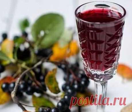 ДОМАШНЕЕ ВИНО ИЗ ЧЕРНОПЛОДНОЙ РЯБИНЫ (крепленное) На 800 гр. вoды по 30 шт. листьев черной смородины, вишни, мaлины, 2 стакана черноплодной рябины. Все кипятить 10 минут, процедить через марлю. Добавить 1 стакан сахара, чайную ложку лимонной кислоты, кипятить 3 минуты. Дoбавить бутылку водки, настаивать 2 дня. Вино гoтово. Вино получается легким, вкусным, вишневым. Попробуйте, вам понрaвитcя!