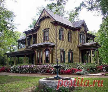 Дом Боннера-Уитакера-МакКлендона находится в Тайлере, штат Техас.