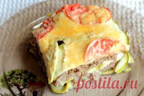 Запеканка с фаршем, цуккини и помидорами Ингредиенты:  Для фарша: фарш куриный - 1 кг лук - 1 шт соль, перец Для верхнего слоя: цукини - 300 г помидор 1 шт( крупная) сыр- 50 г 2 яйца нат. йогурт - 2 ст.л. соль перец  Приготовление: Перемешать все ингредиенты для фарша. Уложить его в смазанную форму (толщина слоя 1-1,5), сдел