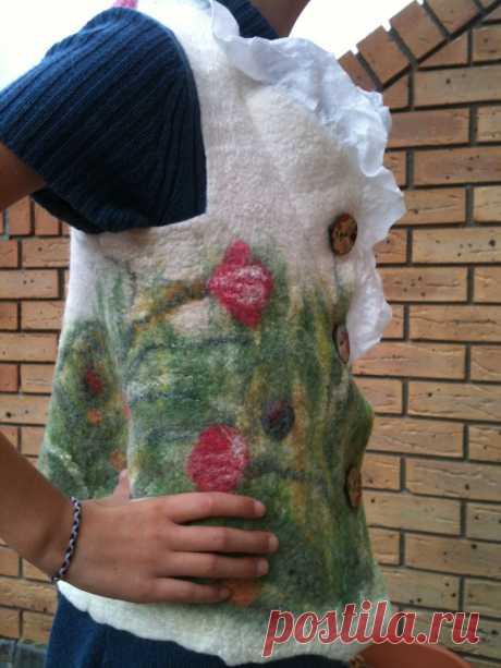 """""""Летний луг"""", валяный жилет , декорирован шелком, растительными волокнами. пуговицы из кокоса"""
