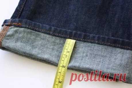 Как укоротить джинсы с сохранением фирменной строчки… Выбирая новые джинсы,многие сталкиваются спроблемой отсутствия вразмерной сетке модели,подходящей импоросту. Дело втом,что большинство производителей модной одежды выпускают джинсы,рассчитанные нарост нениже среднего. Барышням,которым неудалось вырасти выше 160см,приходится либо подшив