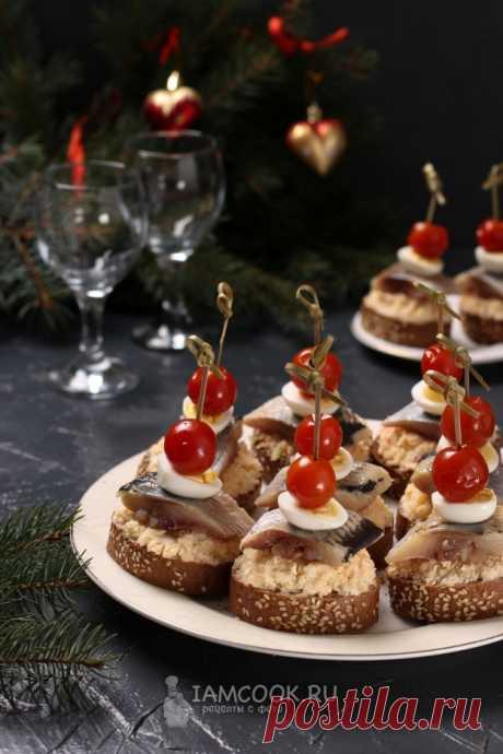 Канапе с сельдью и перепелиными яйцами — рецепт с фото на Русском, шаг за шагом. Вкусные канапе из сельди с перепелиными яйцами и намазкой из картофеля и плавленого сыра разнообразят ваше праздничное меню. #рецепты #канапе #новыйгод #новогоднееменю #менюнановыйгод #закуска #закуски #рецепт