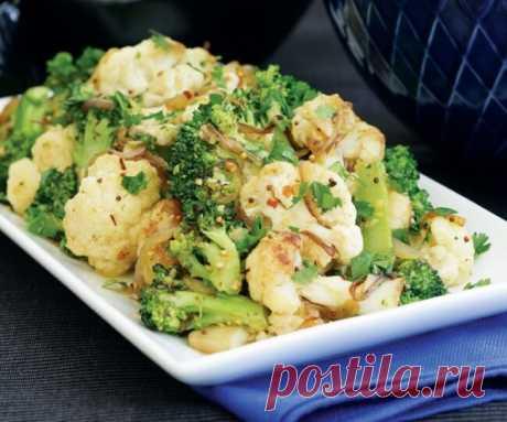 Цветная капуста и брокколи с чесноком, запеченные в духовке.    -цветная капуста — 250 г  -брокколи — 250 г  -чеснок — 2 зубчика  -семена кориандра — 1 ч. л.  -оливковое масло — 2 ст. л.  -соль — по вкусу  -черный молотый перец — по вкусу    Разберите цветную капусту и брокколи на соцветия. Поместите овощи в большую миску и посыпьте толчеными семенами кориандра.  В ступке разотрите чеснок с 1 ч. л. соли и добавьте масло.  Затем необходимо сбрызнуть овощи полученной смесью ...