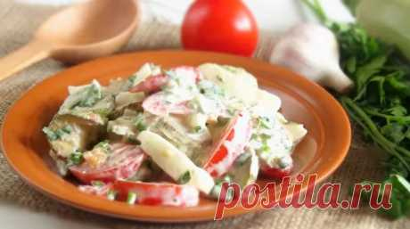 Оригинальный сытный салат из жареных кабачков и томатов
