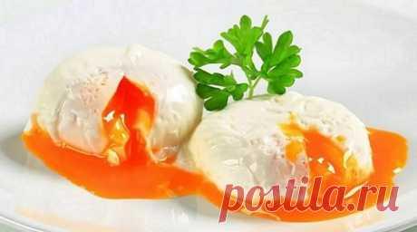 Согласно Википедии, яйцо пашот — традиционное французское блюдо на завтрак из разбитых яиц, приготовленных способом «пашот». Подробное описание способа «пашот» вы узнаете подробно из самой статьи. При таком способе приготовления получается мягкий кремообразный желток, окутанный лепестками белка
