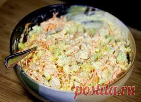 Вкусный салатик с корейской морковкой и курицей Ингредиенты: 450 гр. куриное филе 450 гр. морковь по-корейски 3 шт. куриное яйцо 3-4 шт. свежий огурец 60 гр. твердый сыр по вкусу майонез по вкусу соль  Приготовление:Отварное куриное филе нарезаем на кубики. Яйца нарезаем кубиками. Сыр натираем на крупной терке. Огурцы очищаем от кожуры, нарезаем кубиками и вкладываем в миску, добавляем натертый сыр, яйца, курицу, корейскую морковь. Смешиваем с майонезом, при необходимости ...
