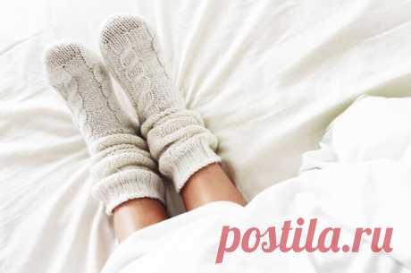 Холодные руки и ноги — Густая кровь Человек боится открыть для проветривания окно, даже когда другие говорят, что в комнате жарко и душно. Ночью ему часто не хватает теплого одеяла, и, чтобы согреться, он надевает носки. Пальцы его рук редко бывают теплыми.Эти симптомы в большинстве случаев свидетельствуют о низком артериальном давлении и густой крови.
