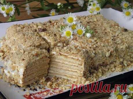Торт из печенья без выпечки со сметаной Ингредиенты: Печенье — 300 Грамм Сметана — 300 Грамм Сахар — 100 Грамм Ванильный сахар — 8 Грамм Очищенные орехи — 50 Грамм Количество порций: 4-6