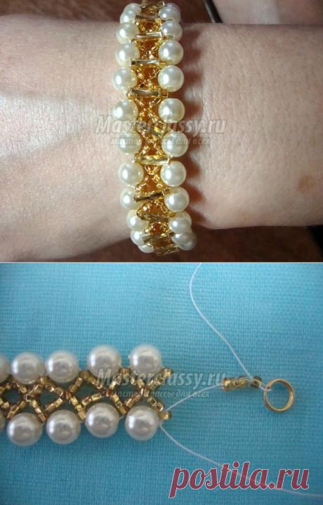 La pulsera de los abalorios y las cuentas. Las perlas de oro. El maestro la clase con poshagovymi la foto