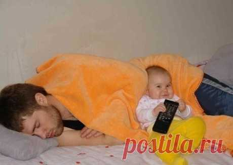 Más silenciosamente los niños, el papá duerme.)