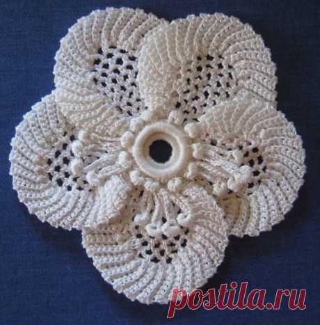 Красивый вязаный цветок