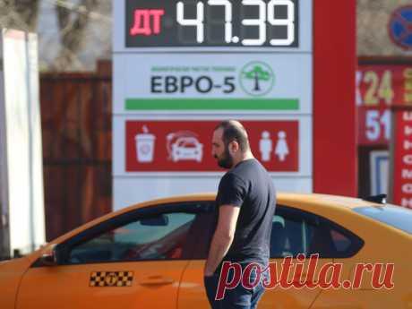 Дорогой бензин в России объяснили жадностью государства Историческое падение цен на нефть, случившееся за последние месяцы, привело к рекордному падению стоимости бензина. В США цены на топливо опустились до 20-летнего минимума, в Германии – до 11-летнего