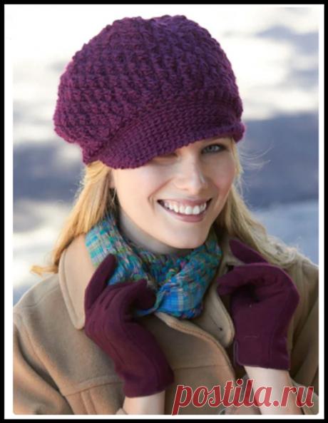 Модная бордовая шапка с козырьком крючком