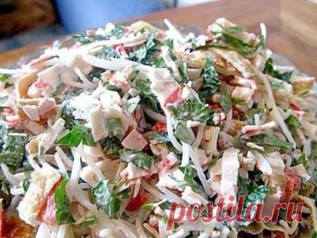 Салат «Лакомка» Замечательный лёгкий салатик! Он очень простой, но в то же время очень вкусный. Ингредиенты: - 2 пучка рисовой лапши - упаковка крабовых палочек - 3 яйца - пучок петрушки - майонез - растительное масло - соль Приготовление: 1. Яйца взбиваем венчиком, жарим два блинчика, остужаем. 2. Пока остужаются, режем палочки. Режем блинчики полосочками. 3. Лапшу заливаем кипятком на 5 минут и промываем. 4. Мелко режем петрушку. 5. Лапшу немного режем ножницами, всё смешиваем, солим и за