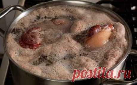 Если при варке супа образуется большое количество пены… Обычно мы заливаем мясо холодной водой и, дожидаясь закипания, тут же начинаем снимать пенку. Пенка на поверхности бульона есть ни что иное, как…