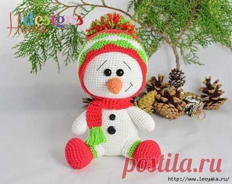 Очаровательный снеговичок в модной шапке, вязанный крючком!