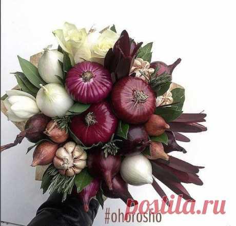 Букет из четырех сортов лука, после столкновения с которым твое представление о луке никогда не будет прежним Состав: красный лук, крымский лук, лук-шалот, белый лук, чеснок, розмарин, розы…