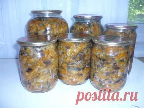 Рекомендую приготовить вкусный грибной салат на зиму. Вкуснотища!   Ингредиенты:(на 3 литра готового салата) Грибы отварные — 1,5 КилограммаКапуста белокочанная — 1,5 КилограммаЛук репчатый — 0,5 КилограммаМорковь — 0,5 КилограммаСоус томатный — 1 СтаканМасло растит…