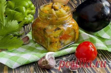 Рагу из овощей, запечённых на противне. Овощной салат на зиму, или рагу из запеченных овощей вы можете приготовить в духовке на противне. Это наиболее простой способ заготовки продуктов. Согласитесь, удобно нарезать овощи, поставить их в духовой шкаф и заняться своими делами. Примерно через час всё готово, останется только расфасовать готовый салат по баночкам.
