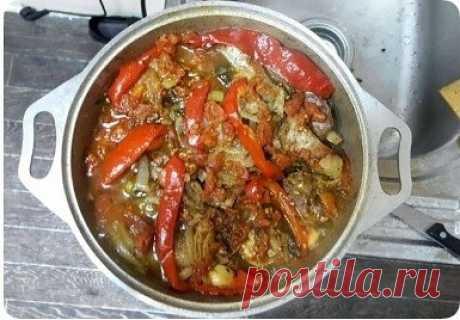 Армянское блюдо – хашлама из говядины  Ингредиенты   - говядина, 1 кг (грудинка)  - картофель, 600-900 г  - помидор, 5 шт.  - болгарский перец, 2 шт.  - луковица, 2 шт.  - чеснок  - зелень  - черный перец  - соль