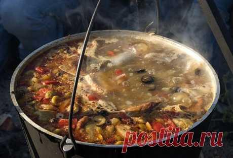 Сборная мясная солянка, Ингредиенты 300-400 грамм мяса с косточкой для бульона (лучше говядины), 100 грамм ветчины, 2 сосиски, 100 грамм подкопченной или копченой колбасы, 2 луковицы, 1 морковь, 4 соленых огурца, томат-паста. Сборная мясная солянка – блюдо незаменимое после праздников. И не только потому, что ее состав является лучшим средством для борьбы с похмельем, восстанавливая кислотно-солевой баланс. Но потому, что туда можно положить любые мясные продукты. Мясное ассорти, колбасу,…