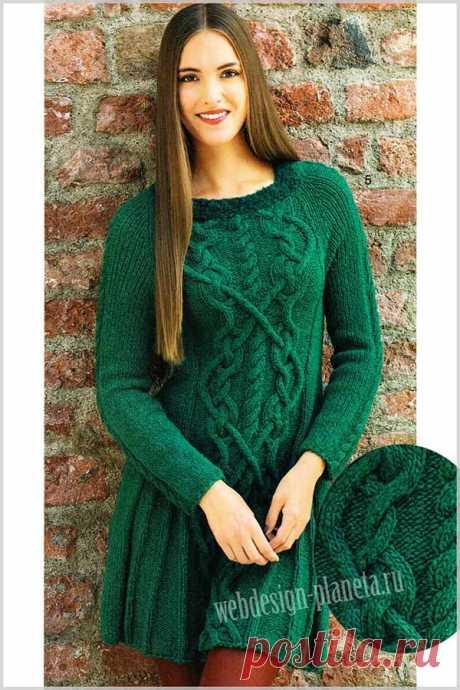 Зеленое платье спицами с оригинальными косами Платье выполнено спицами традиционными ирландскими узорами и завершается у горловины узкой планкой из буклированной пряжи.