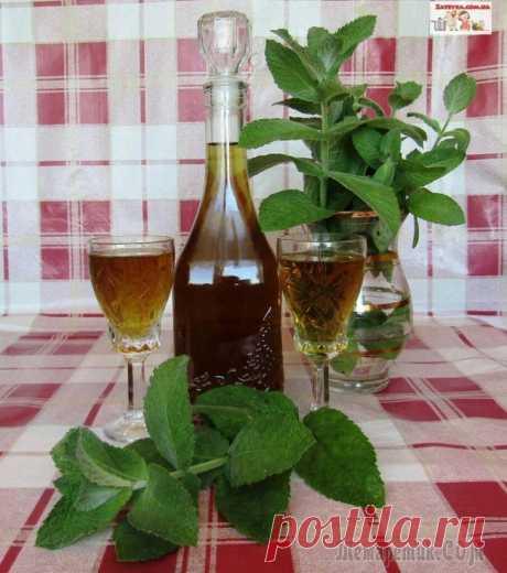Мятный ликёр Мятный ликер на водке считается женским алкогольным напитком. Он получается нежным и сладким, хорош как в неразбавленном виде, так и как дополнение для приготовления коктейлей.Ингредиенты:мята – 15 гр...