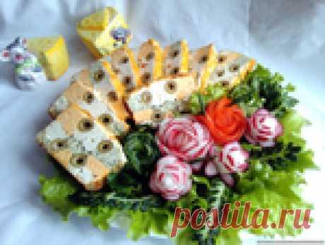 Цветной куриный террин под сырной шапочкой из курицы с оливками