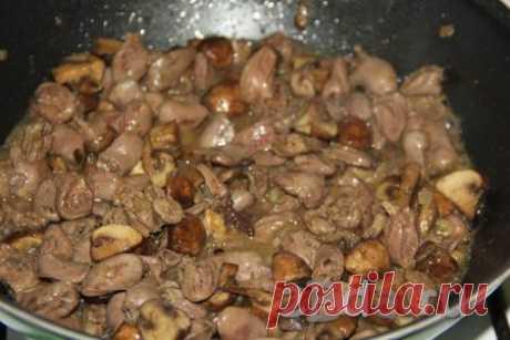 Куриные сердечки, тушёные с грибами В сковороду с высокими бортиками (у меня сковорода вок) влить растительное масло, разогреть, выложить очищенную и мелко нарезанную луковицу.Обжарить лук,