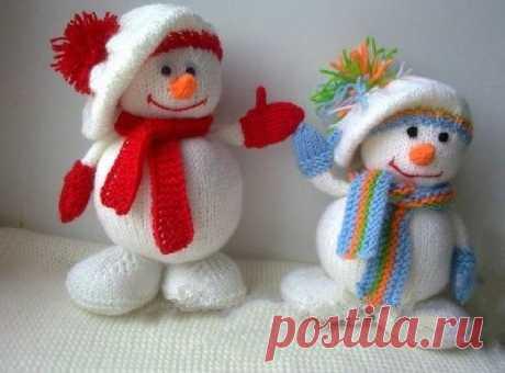 Милые снеговички спицами - описание вязания