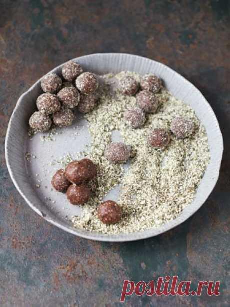 Полезные конфеты  Полезные конфеты - как эти, можно и вегетарианцам, и веганам, и в Пост, и всем-всем. Полезно, сытно, вкусно,  Эти конфетки - это вкусные энергетические шарики: финик, какао и тыквенные семечки, а еще миндаль, корица, мед и ваниль... Вегетарианский продукт без глютена.