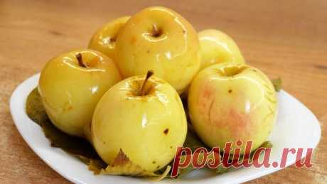 Моченые яблоки по бабушкиному рецепту на смородиновых листьях Ингредиенты: Яблоки - 5кг Листья смородины - 30шт. Вода - 5л Сахар-200гр Соль -1ст. л.