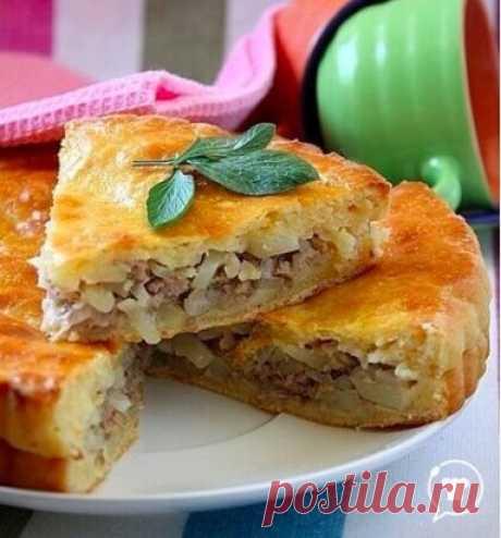 Пирог с мясом и картофелем Ингредиенты: Тесто: 70-100 г сливочного масла (растопить) 1 яйцо 1/2 ч.л. разрыхлителя или соды 1/2 ч.л. соли 2-2,5 стакана муки 1 стакан сметаны (несладкого йогурта) Начинка: 0,5 кг баранины (бараньего или смешанного свино-телячьего фарша) 2 луковицы 3 сырых картофелины соль, перец Приготовление: Смешать в чашке растопленное сливочное масло, сметану, яйцо, соль и разрыхлитель. Всыпать муку и замесить мягкое эластичное тесто. Сколько уйдет муки, очень зависит от е