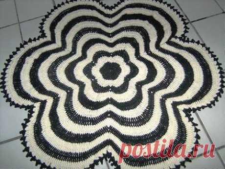 Коврик «Белое и черное» имеет форму цветка, связанного контрастными полосами. Крючком. Схема. / stolbik-plus.ru