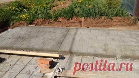 Имитация брусчатки на бетоне с помощью штампа Имитация брусчатки на бетонной поверхности смотрится не хуже, чем заводская тротуарная плитка (при условии, что все этапы работ будут выполнены