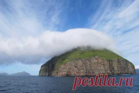 Остров в облачной короне между Шотландией и Исландией: Обсуждение на LiveInternet  --  Луйтла-Дуймун - самый маленький из 18 Фарерских островов, расположенных между Шотландией и Исландией.
