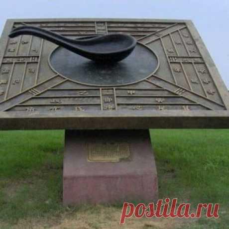 Первый компас Первый прототип компаса, как считается, появился во времена династии Хань (202 до н.э. — 220 н.э.), когда китайцы стали использовать магнитный железняк, ориентированный на север-юг. Правда, использовался он не для навигации, а для гадания. В древнем тексте «Луньхэн», написанном в 1 веке н.э., в главе 52 древний компас описывается так: «Этот инструмент напоминает ложку, и если его положить на тарелку, то его ручка укажет на юг».