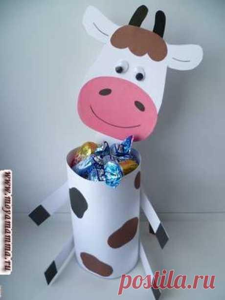 Поделка Корова из картона и цветной бумаги для детей пошагово Поделка Корова своими руками из картона. Изготовление коровы из цветной бумаги и картона с описанием и пошаговыми фотографиями.
