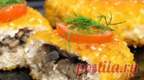 Котлеты «Гомельские» Сочная, ароматная начинка и невероятно хрустящая картофельная корочкаприведут в восторг кого угодно… Приготовь — результатом останешься довольна! Ингредиенты для котлет: 400–500 г свинины (можно взять и куриное филе) 200–300 г шампиньонов 100–150 г твердого сыра 1 средняя луковица укроп соль, перец Ингредиенты для панировки: 2–4 картофелины 1 яйцо мука масло растительное для жарки Приготовление: Начни …