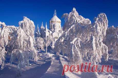 Монастырь на Белой горе под Кунгуром — одна из главных православных достопримечательностей Пермского края и Урала. Всегда в этом месте красивое голубое или синее  небо