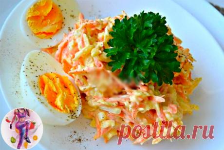 Морковный салат с яйцом  на 100грамм - 88.26 ккал, Б/Ж/У - 6.08/4.95/4.54   Ингредиенты:  • Морковь — 4-5 штук (среднего размера)  • Яйца вареные — 5-6 штук  • Чеснок — 2-3 зубчиков  • Сметана — 1-2 ст. ложек  • Соль — 1-2 щепоток (по вкусу)   Приготовление:  Морковку чистим и натираем на терке среднего размера.  Очищаем яйца и либо натираем на той же терке, либо нарезаем мелкими кубиками. Выкладываем в салатник к моркови.  Зубчики чеснока очищаем и измельчаем давилкой.  Д...