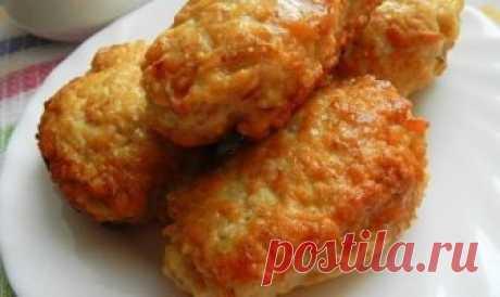 Суперпышные КОТЛЕТКИ из куриного фарша с овсяными хлопьями : фарш куриный - 500 г;  яйцо - 1 шт.;  овсяные хлопья быстрого приготовления - 0,5 стакана;  молоко (или вода) - 0,5 стакана;  лук репчатый - 1 шт.;  чеснок - 2 зубчика;  паприка;  черный молотый перец;  соль;  растительное масло для жарки.
