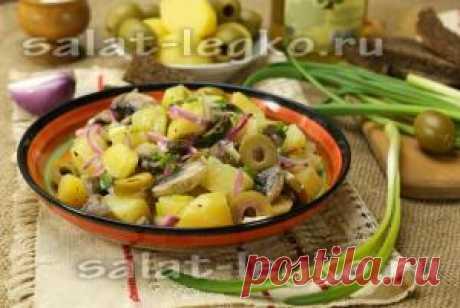 La ensalada magra de las patatas con las setas y la cebolla, la receta de la foto