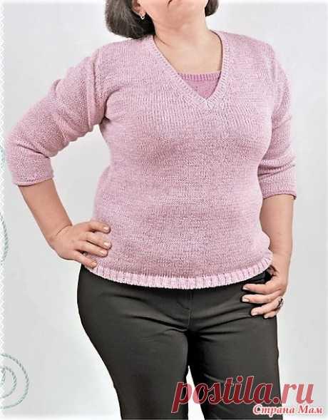Пуловер с имитационной  вставкой в районе выреза декольте (52 размер). Спицы. Пуловер нежно-розового цвета, связанный лицевой гладью из тонкой ленточной пряжи с V-образным вырезом, нисколько не полнит фигуру и смотрится свежо.