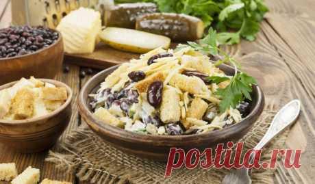 Салат с фасолью, огурцами, сыром и сухариками