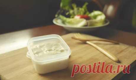 👌 Сметанная заправка для салатов вместо майонеза, рецепты с фото Заменяем майонез в салатах более полезным вариантом — вкусной сметанной заправкой, которая готовится буквально за 5 минут. Майонез — это, конечно, очень вкусно, но если вы хотите п...